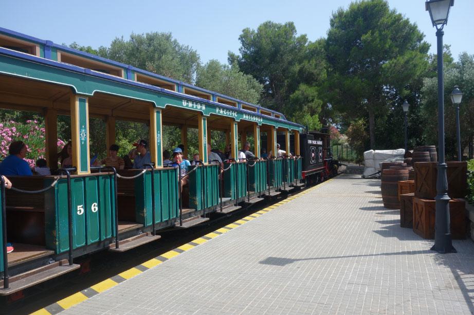 Поезд в Парке Авентура, который перевозит людей из разных районов