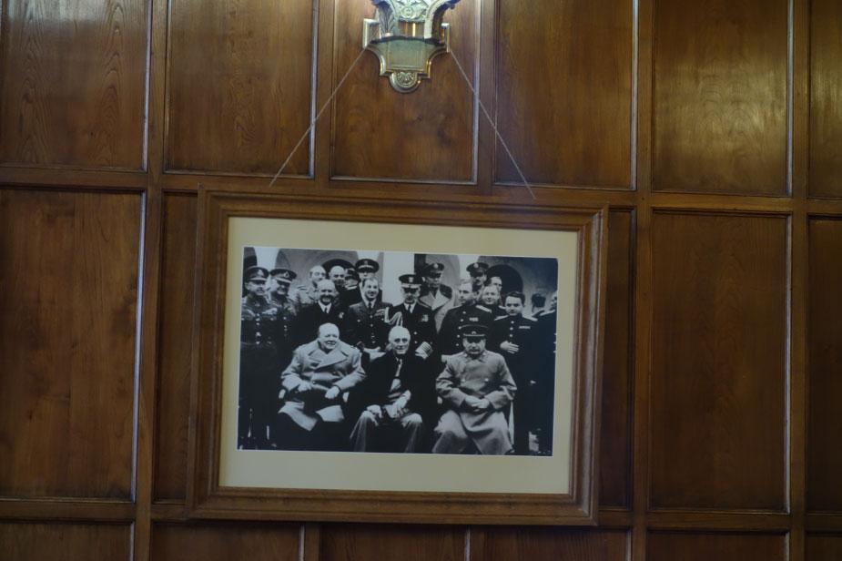 Официальное фото Ялтинской конференции, сделанное на фоне Ливадийского дворца: Черчиль, Рузвельт, Сталин