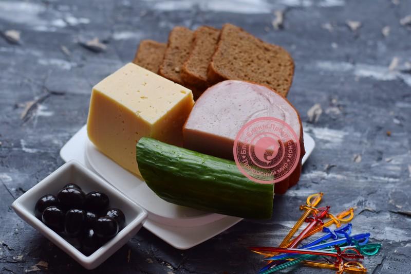 канапе с ветчиной и сыром на шпажках