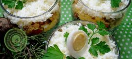 порционный салат с курицей