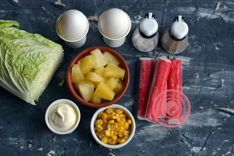 салат с пекинской капустой, ананасом и крабовыми палочками
