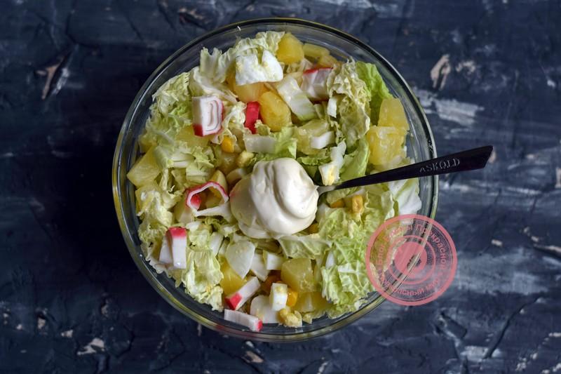 салат с пекинской капустой, ананасом и крабовыми палочками рецепт на новый год