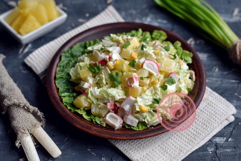 салат с пекинской капустой, ананасом и крабовыми палочками рецепт на праздничный стол