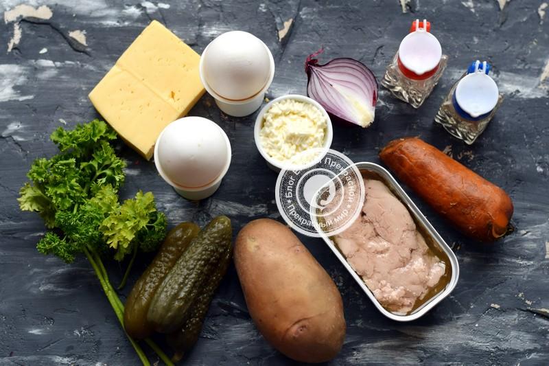 Слоеный салат с печенью трески и маринованными огурцами