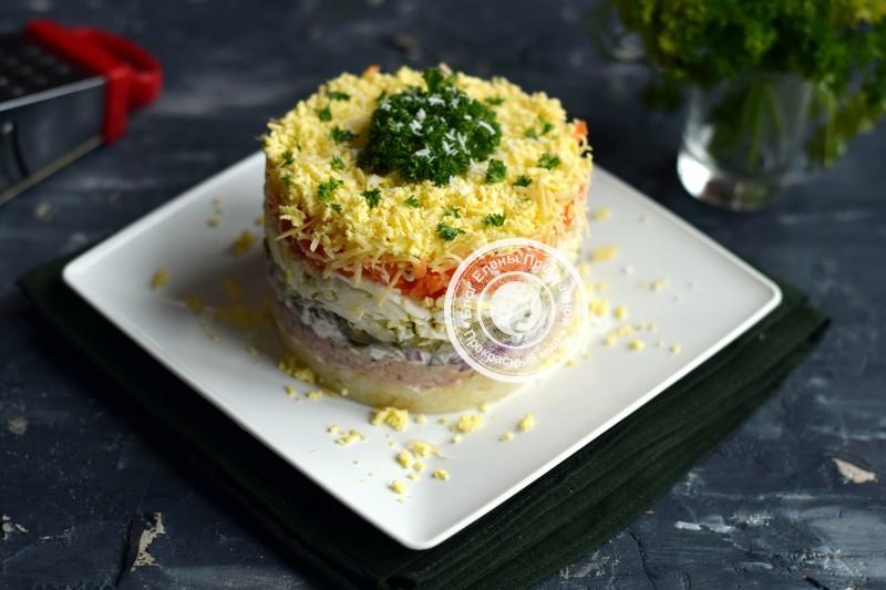 Слоеный салат с печенью трески и маринованными