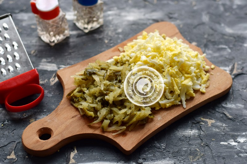 Слоеный салат с печенью трески рецепт