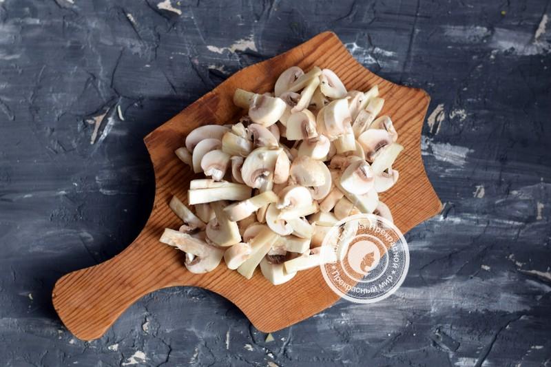 Теплый салат с говядиной, грибами и гранатом рецепт