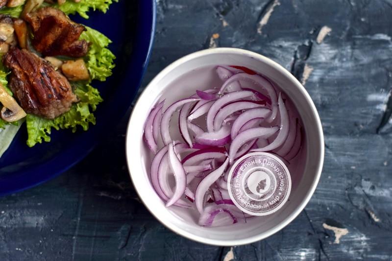 Теплый салат с говядиной, грибами и гранатом рецепт в домашних условиях