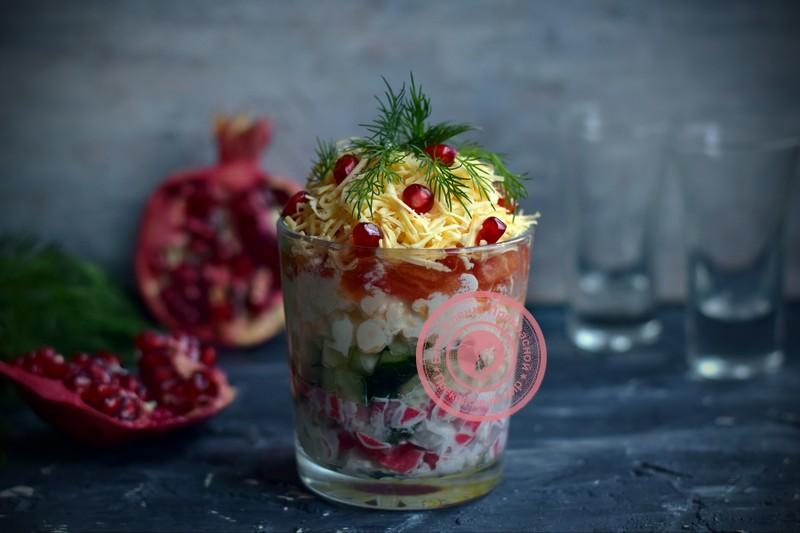Салат с крабовыми палочками и овощами на праздничный стол