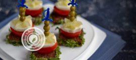 бутерброды с перепелиными яйцами и овощами