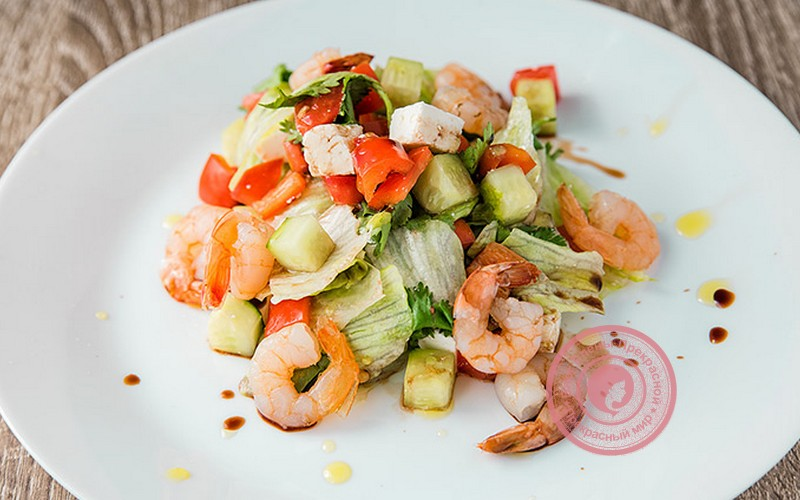 Салат с морепродуктами и овощами