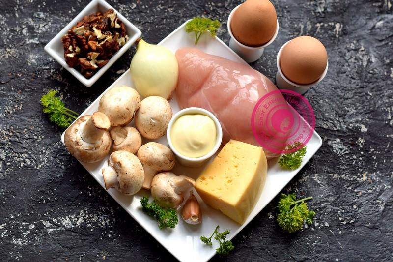 салат с грецкими орехами в виде сердца
