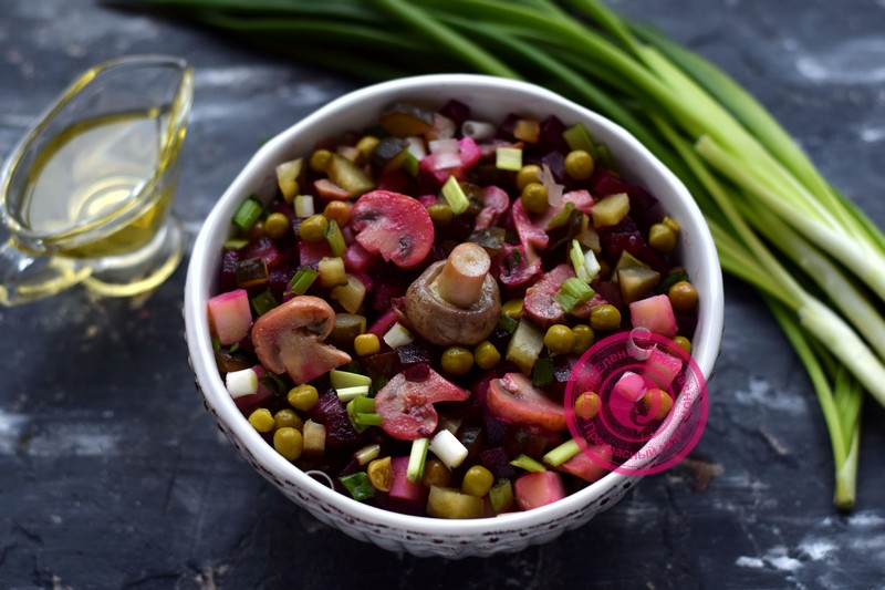Салат с маринованными грибами, горошком и свеклой: рецепт в домашних условиях