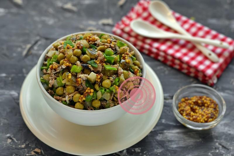 Постный салат со шпротами и горошком: рецепт в домашних условиях
