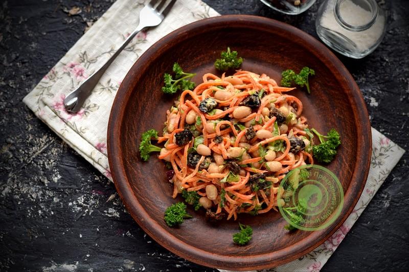 Постный салат Каприз с корейской морковью, черносливом и фасолью: рецепт в домашних условиях на праздничный стол