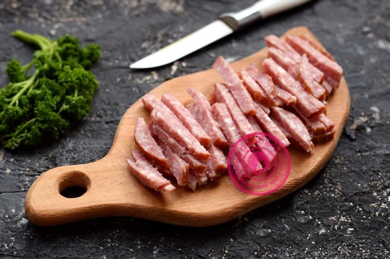 салат с копченой колбасой с маслинами