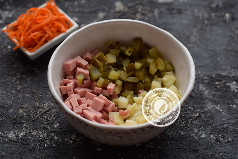 салат с корейской морковью, вареной колбасой и фасолью