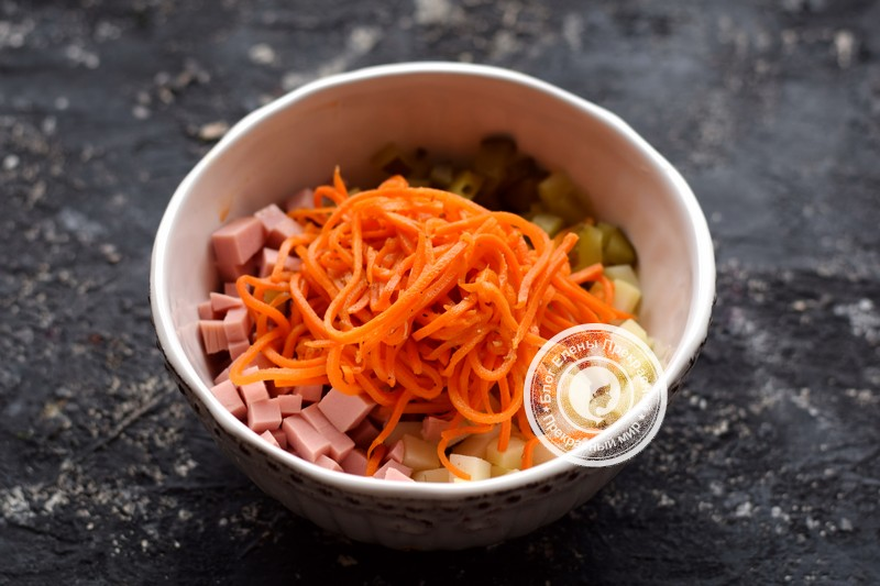 салат с корейской морковью, вареной колбасой и фасолью рецепт