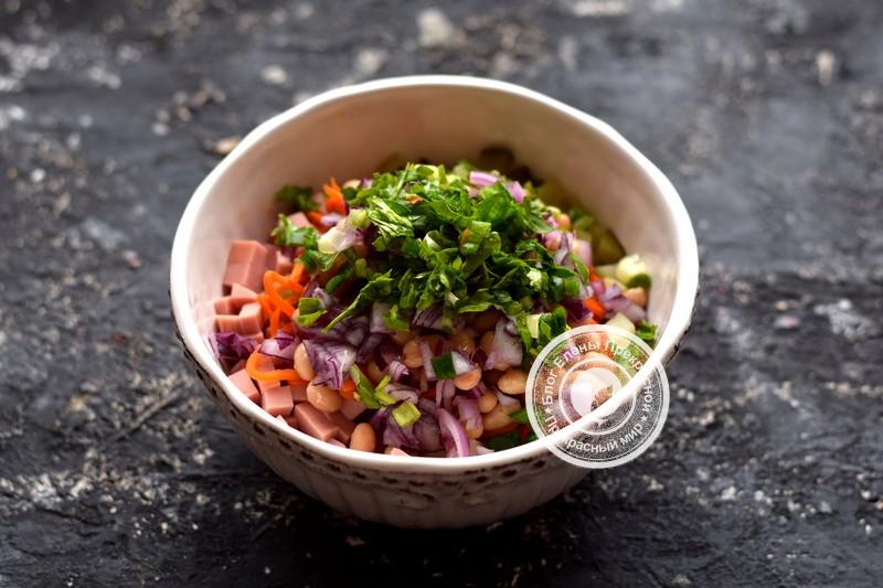 салат с корейской морковью, вареной колбасой и фасолью рецепт с фото