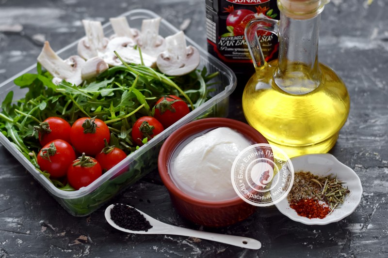 салат с рукколой и сырыми шампиньонами