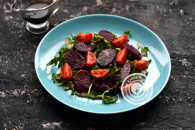 Салат со свеклой, моцареллой и рукколой рецепт с фото