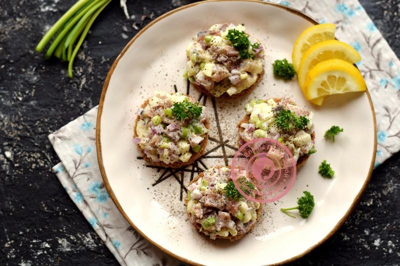 Закуска с селедкой Тартар на праздничный: рецепт в домашних условиях