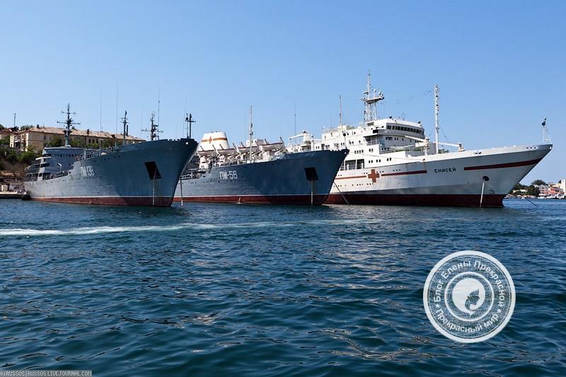 Бухта с военными кораблями