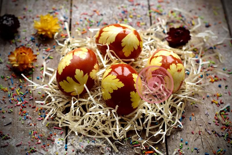 как покрасить яйца луковой шелухой с листьями