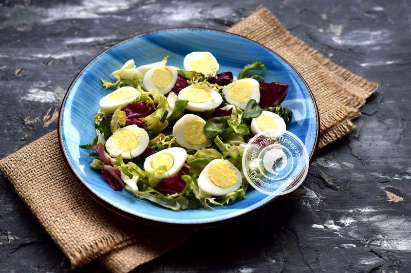 салат с перепелиными яйцами и лососем рецепт