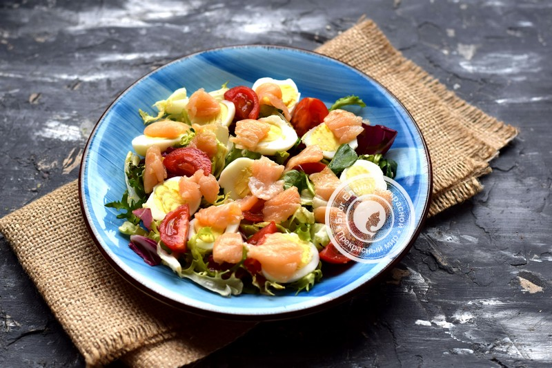салат с перепелиными яйцами и лососем рецепт с фото