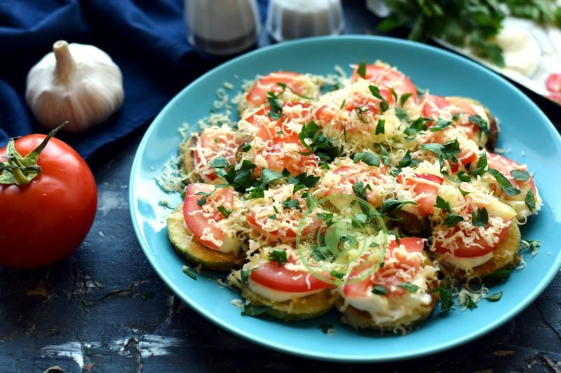 жареные кабачки с чесноком, сыром и помидорами рецепт в домашних условиях