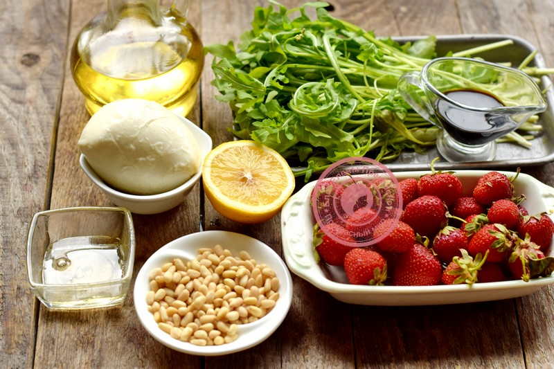 салат с клубникой и кедровыми орешками