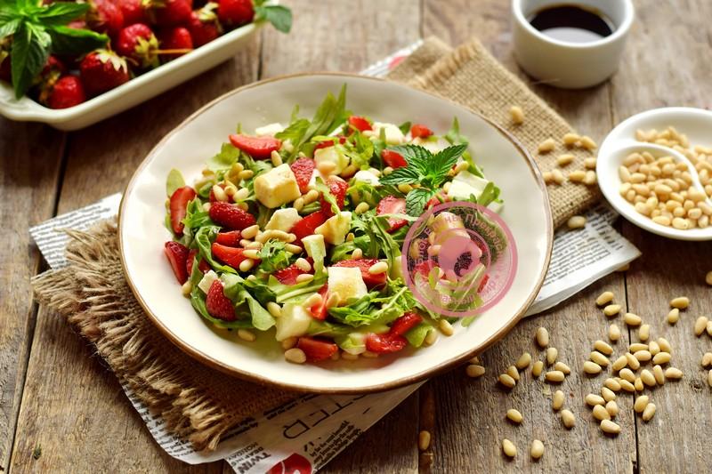 Салат с клубникой и кедровыми орешками на праздничный стол: рецепт в домашних условиях