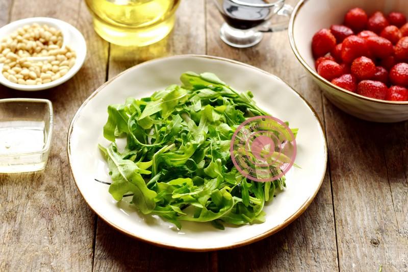 салат с клубникой и кедровыми орешками рецепт с фото