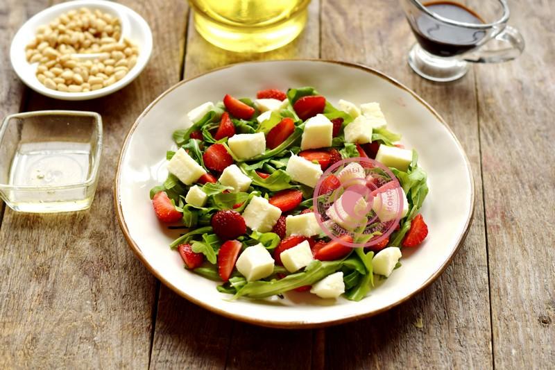 салат с клубникой и кедровыми орешками рецепт в домашних условиях