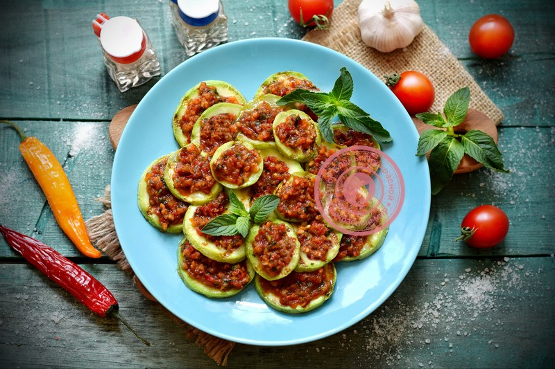 Острая закуска из кабачков с перцем и зеленью: рецепт в домашних условиях