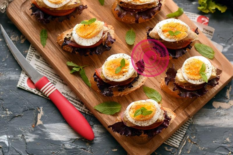 Бутерброды с курицей, яйцом и помидорами на праздничный стол: рецепт в домашних условиях