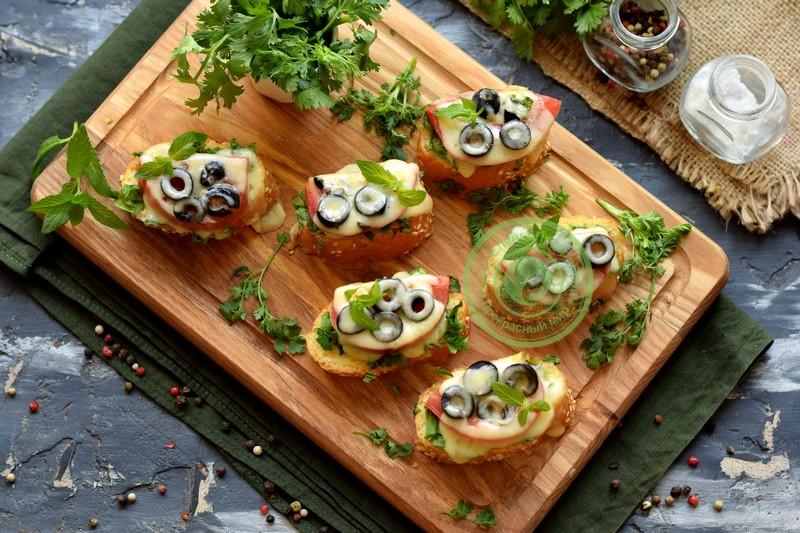 Горячие бутерброды с сулугуни и овощами на празничный стол: рецепт в домашних условиях