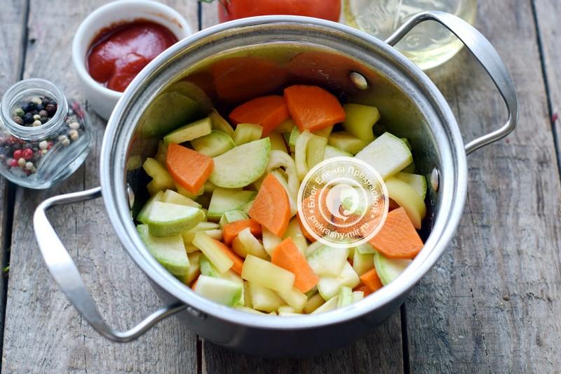Овощной салат из кабачка и перца в томатном соусе на зиму рецепт в домашних условиях