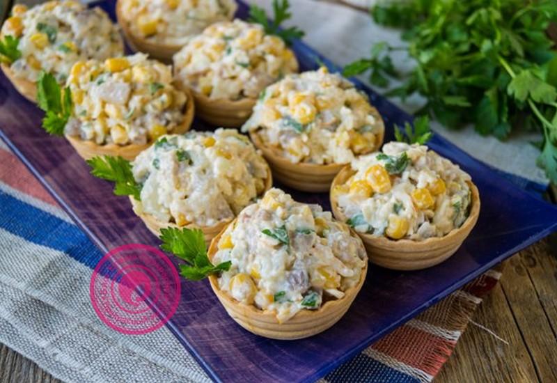 Салат в тарталетках: из селедки, сыра и кукурузы