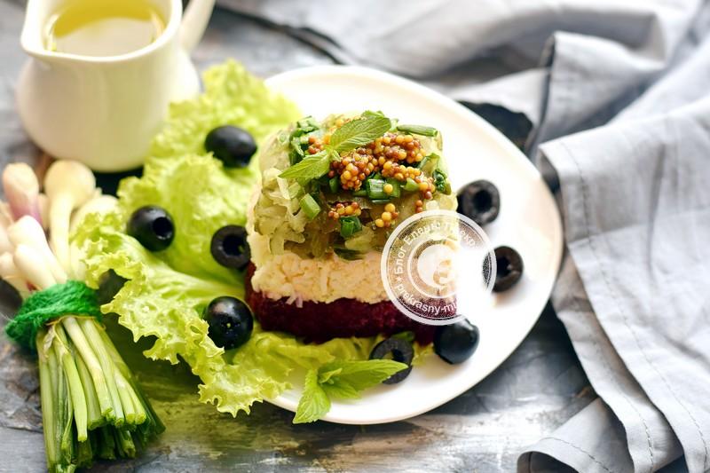 Слоеный салат со свеклой, огурцами и яйцами на праздничный стол: пошаговый фото рецепт в домашних условиях