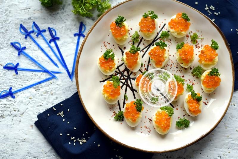 Закуска с перепелиными яйцами, сырной начинкой и икрой на праздничный стол: рецепт в домашних условиях