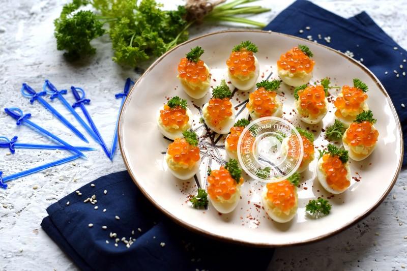 Закуска с перепелиными яйцами, сырной начинкой и икрой рецепт в домашних условиях