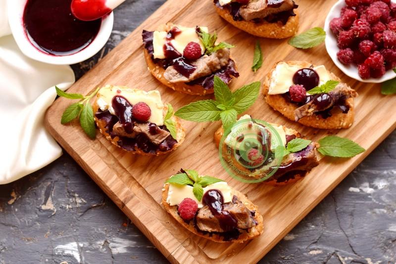 Бутерброды с сыром камамбер, малиновым джемом и говядиной на праздничный стол: рецепт в домашних условиях
