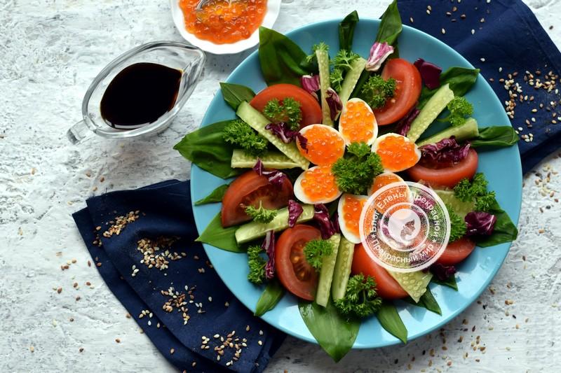 Салат с перепелиными яйцами, овощами и красной икрой: рецепт в домашних условиях