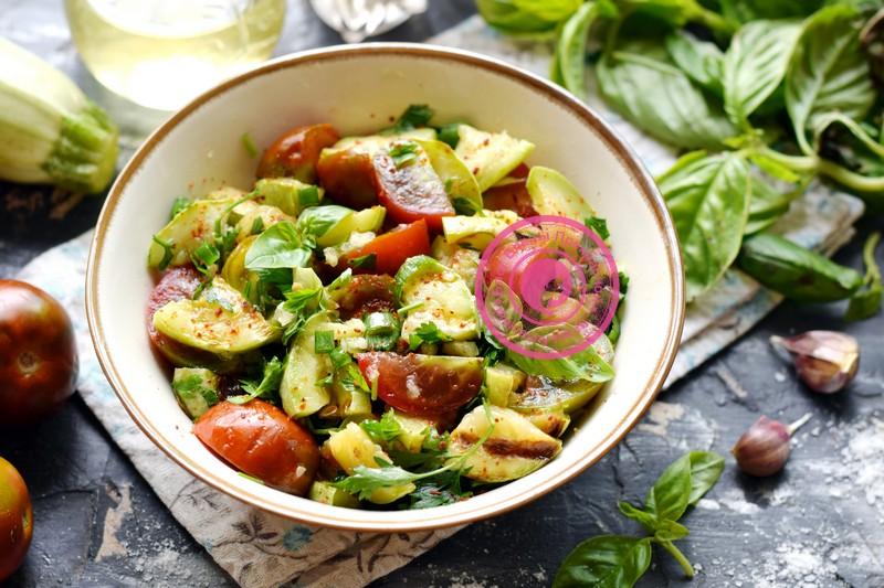 Пряный салат с жаренными кабачками и овощами: рецепт в домашних условиях