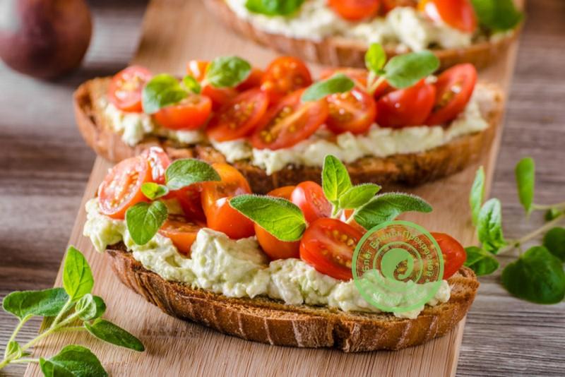 Бутерброды с помидорами черри