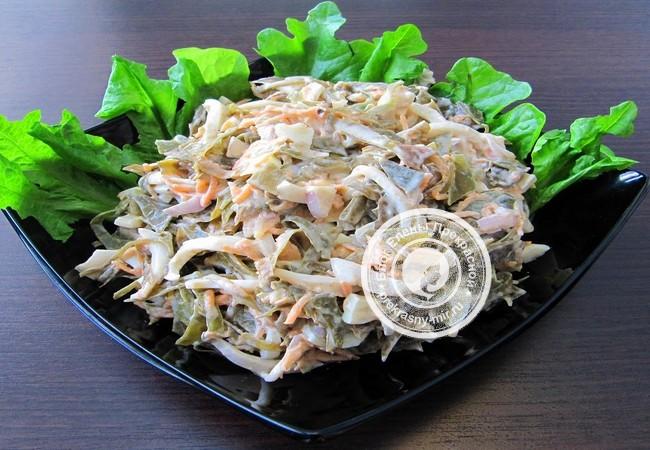 Салат с морепродуктами и водорослью