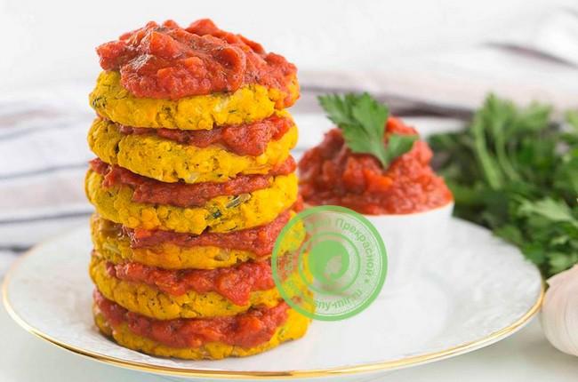 С чечевицей и томатным соусом
