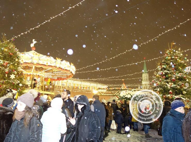 Карусели на ГУМ-ярмарке на Красной площади